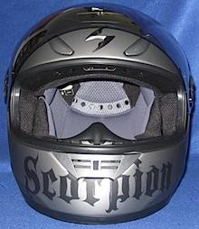Skorpion Helm von vorn