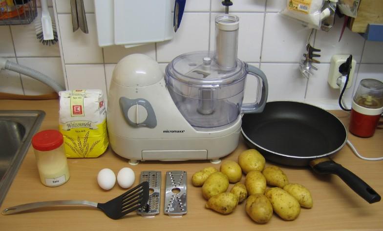 Benoetigte Zutaten und Zubehör: Kartoffeln, Eier, Mehl, Salz, Küchenmaschine, Bratenwender, Pfanne. Nicht im Bild: Schüssel, Kartoffelschäler