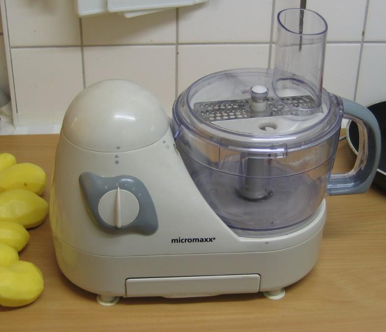 Elektrische Küchenmaschine zum Kartoffeln reiben, mit feiner Reibescheibe bestückt