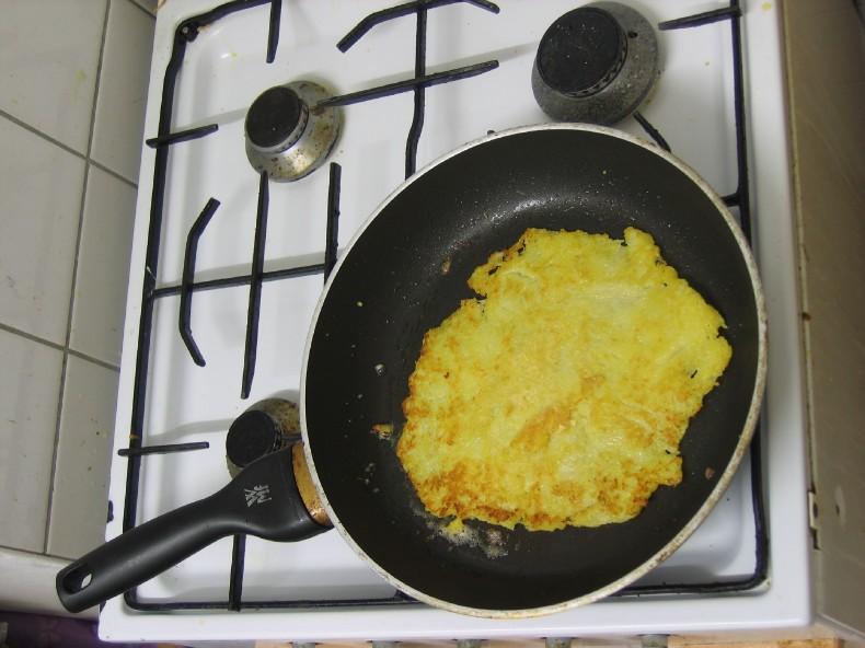 Kartoffelpuffer gewendet, zweite Seite wird gebraten