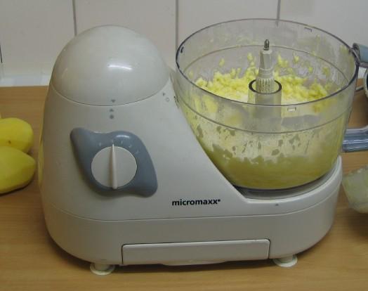 Kartoffeln fein gerieben, jetzt kommen die restlichen Kartoffeln grob gerieben dazu