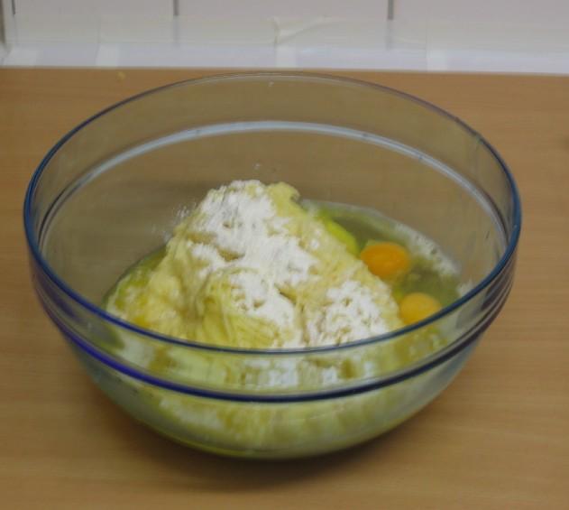 Geriebene Kartoffeln in der Schüssel mit Mehl, Eiern und Salz